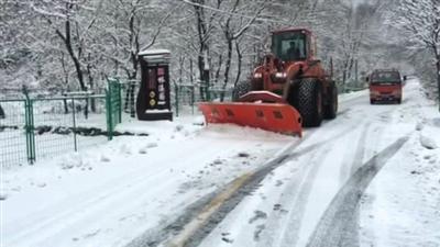 昨日,在通往延庆小海坨山的松闫路上,瑞通养护十处的工作人员正在除雪。拍者 张辉