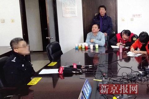 办案民警介绍破获绑架儿童案案情。新京报记者 林野 摄
