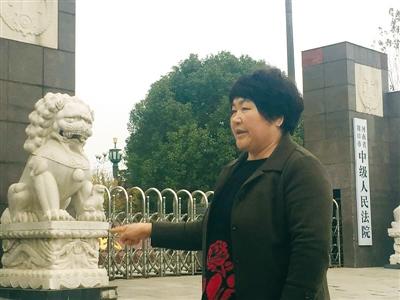 11月18日,李桂英来到周口市中级法院,询问齐金山案的进展。她对齐金山被判死缓不满,认为应判死刑。新京报记者 安钟汝 摄