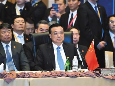 21日,国务院总理李克强在吉隆坡国际会议中心出席第十八次东盟与中日韩(10+3)领导人会议并发表讲话。新华社记者 李涛 摄