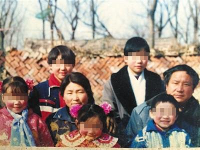 李桂英一家20年前的全家福。李桂英供图