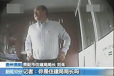 面对记者采访,刘朱称自己不是局长。 视频截图