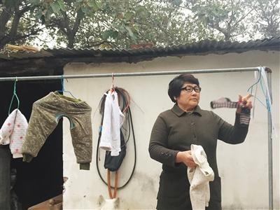 不外出追凶的时分,李桂英在家带孙子,洗洗涮涮做些家务。新京报记者 安钟汝 摄
