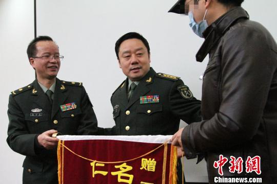 患者丈夫向西京医院医务人员赠送锦旗。 记者 张远 摄