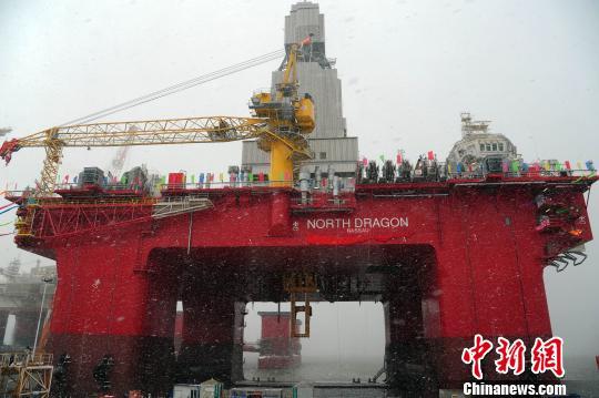 """26日,国家首坐可在北极海疆功课的深水半潜式钻井渠道""""维京龙""""号在烟台竣工定名。 张玉雷 摄"""