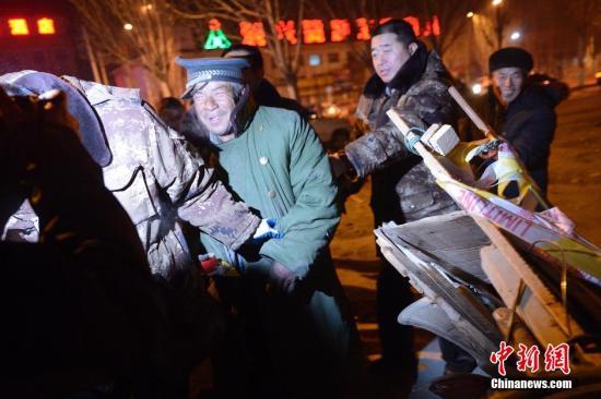 资料图:呼市启动对街头流浪者进行救助。 中新社发 刘文华 摄