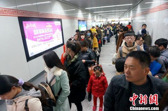 郑州地铁安检慢遭批 站前排百米队站台无人.图