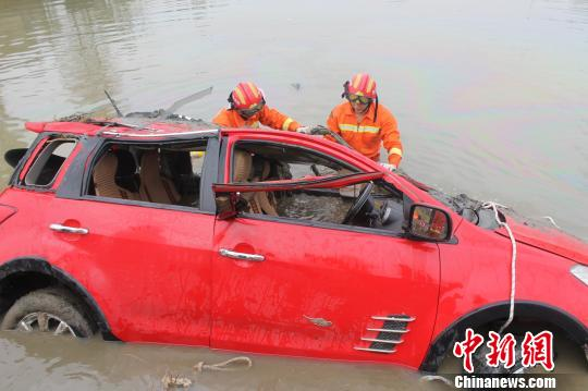 轿车失控坠入鱼塘 王申 摄