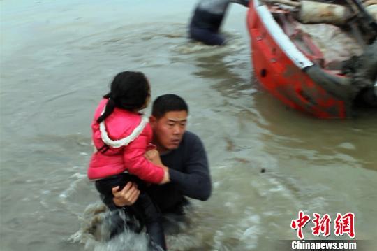 车内5岁女童得救 王申 摄
