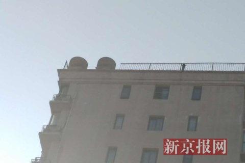事发楼顶缺失两节栏杆.新京报记者 彭子洋 摄