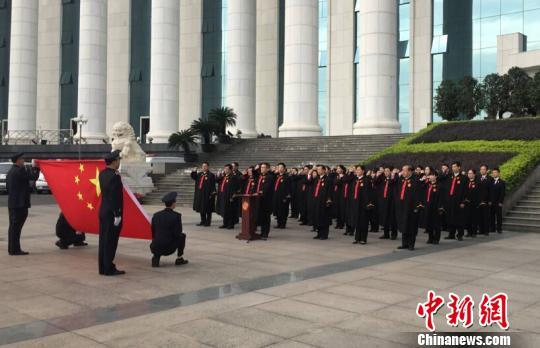 图为福建省高级人民法院的新任审判人员面对国旗向宪法庄严宣誓。 林玲 摄