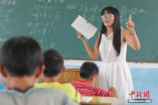 """资料图:""""90后""""乡村教师何兰2014年9月到湖南道县柑子园镇五福小学任教。 何红福 摄"""