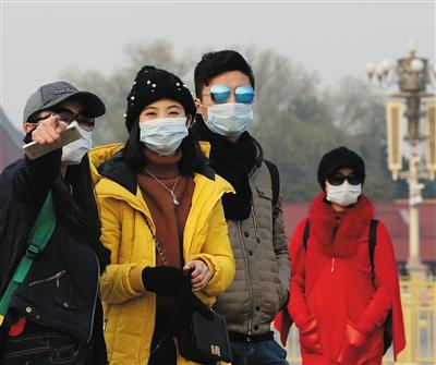 昨天,很多旅客戴着口罩走在长安街上。拍者 虎虎生风