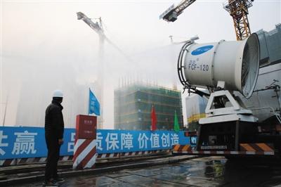 """昨天,丽泽商务区原创归纳体名目工地,被称为""""雾炮车""""的全液压多功用抑尘车正在事情。新京报记者 李飞 摄"""