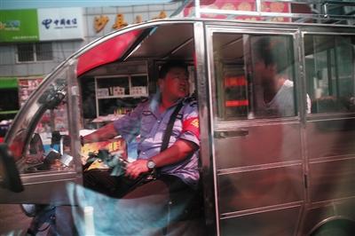 5月27日,李栋带着5000元钱与给他留纸条的男子会面,对方称能帮忙拿回被扣车辆。