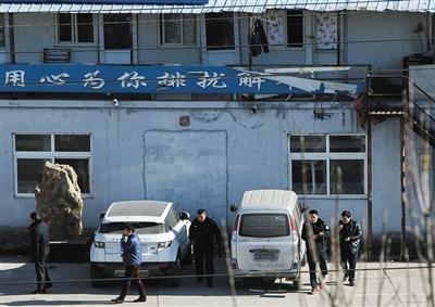 11月26日,多名身着黑色制服的停车场员工查完黑车返回停车场。