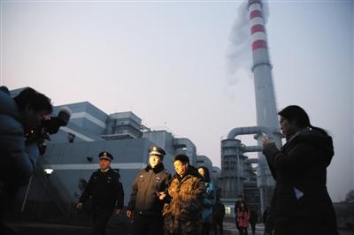 昨天,北京环保局对大兴区某高架净化源单元睁开突击审查。法律人员在办理人员伴随下审查煤库。新京报记者 卢淑婵 摄