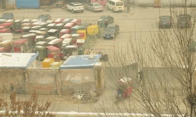11月26日,马伟(化名)花了1500元钱,从北京楹苑停车场赎出他的红色三轮车。11月16日马伟在大红门地铁站拉活时,三轮车被身着黑色制服人员查扣。