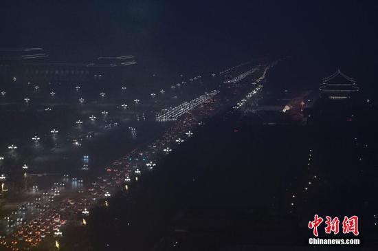 12月8日晚间,雾霾笼罩下的北京长安街晚高峰车流。北京市应急办前一日发布空气重污染红色预警,全市于12月8日7时至12月10日12时将启动预警措施。建议中小学、幼儿园停课;企事业单位可实行弹性工作制;全市范围将实施机动车单双号行驶等。