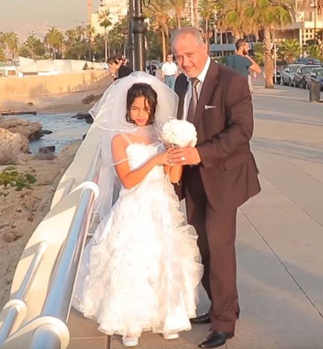 黎巴嫩街头12岁女孩与老男人拍婚纱照 揭露童
