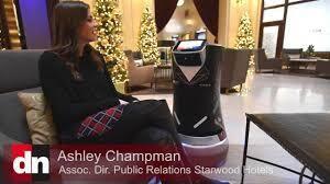 美国一酒店雇佣机器人服务员为顾客服务