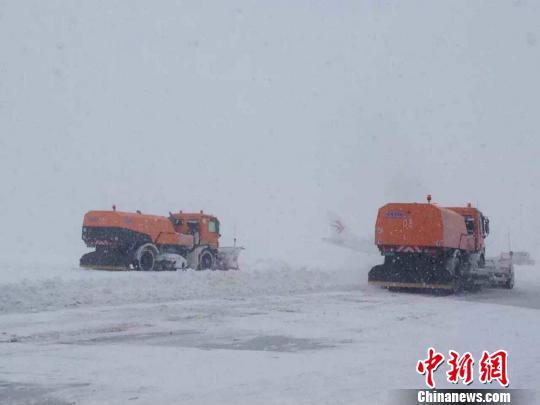 截至记者发稿,乌鲁木齐国际机场跑道不满足航班起降标准目前正在开展除冰雪作业。 王文莉 摄