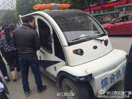 涉嫌闹事的城管归纳法律车。收集图像