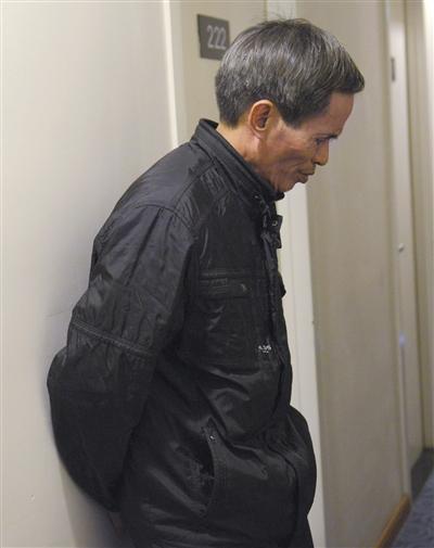 昨日,见完儿子最后一面的林尊耀回到酒店,靠在墙上。新京报记者 王嘉宁 摄