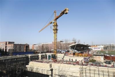 去年12月29日,工作人员在查看清华附中工地钢筋坍塌事故现场。当日,事故致10死4伤。新京报记者 浦峰 摄
