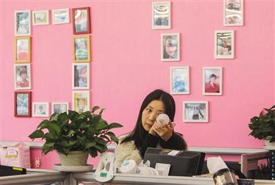 张世婧在去见客户前,在办公室里先梳妆打扮。