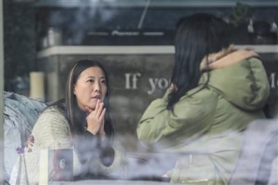 11月28日,爱情猎头张世婧正在约见姑娘。她说,现在的女生照片PS太严重,推荐给客户前自己一定要先看看。