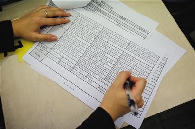 张世婧正在为一位姑娘填写基本信息的表格,表格内容包括身高、体重、三围、毛发细密程度、皮肤紧实程度等。A12版-A13版摄影/新京报记者 彭子洋