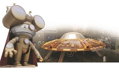 15米高的巨型外星人. 小图:户外中庭的飞碟.-德基广场 太空圣诞
