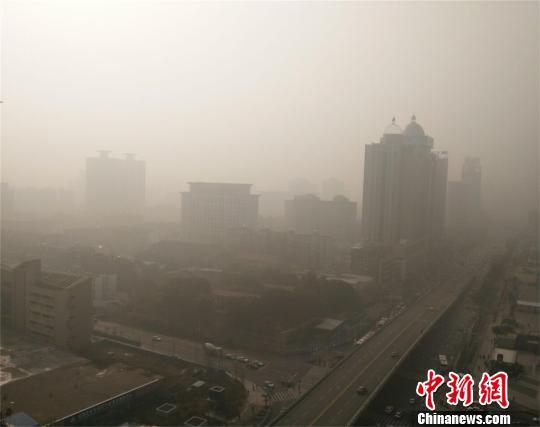 25日上午,武汉空气质量达严重污染 马芙蓉 摄