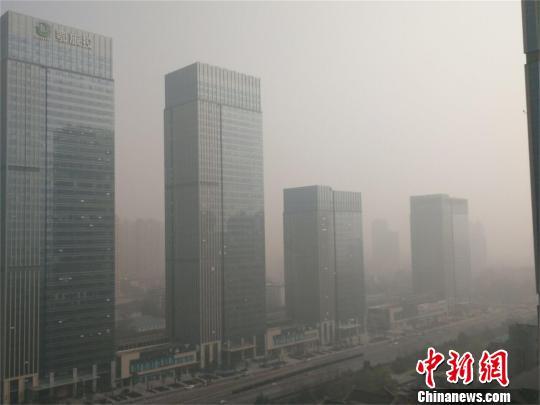25日上午,武汉天气放晴,笼罩在一片雾霾中 马芙蓉 摄