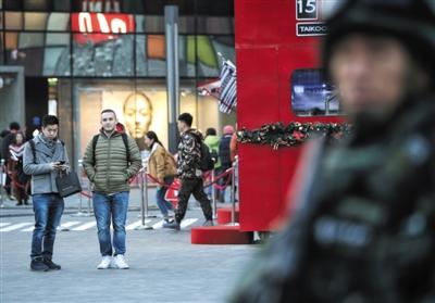 """昨日下午,三里屯,过路市民好奇地向""""雪豹突击队""""张望。"""