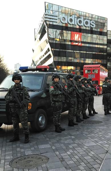 昨日下午,雪豹突击队在三里屯街面巡逻。当天北京警方在全市大中型商场超市启动黄色等级预警。