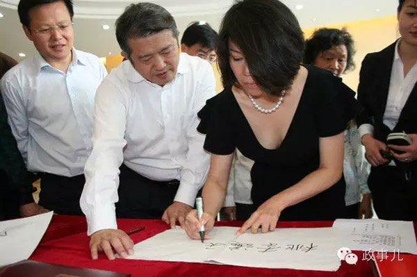 孔东梅陪同丈夫陈东升(左二)参观访问.