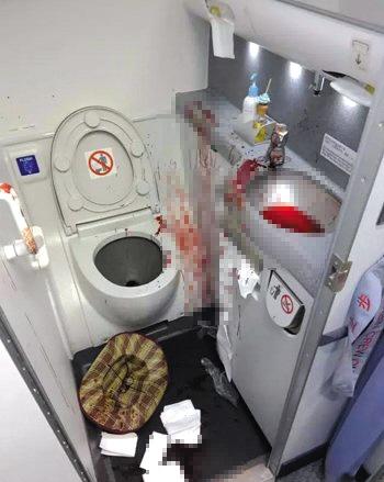 网曝男子自残的洗手间。