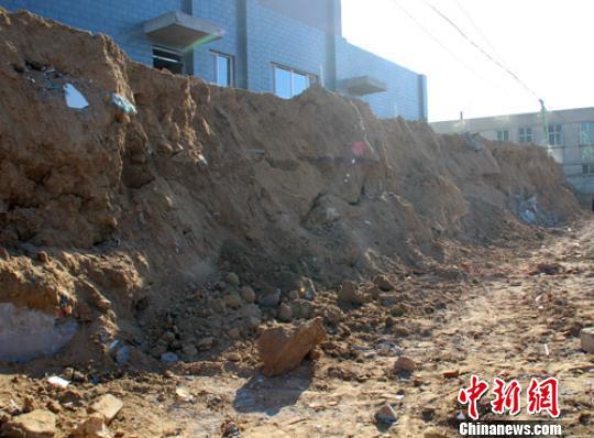 12月29日晚,河北省定州市一建筑工地围墙倒塌,造成经过该路段的祖孙二人被砸身亡。图为30日上午记者拍摄的事发现场。 于俊亮 摄