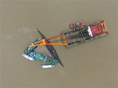 6月3日,救援船只正在倾覆的东方之星号周围展开救援。新京报记者 陈杰 摄