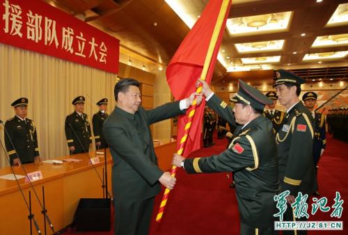 这是习近平将军旗郑重授予火箭军司令员魏凤和、政治委员王家胜。解放军报记者 周朝荣 摄