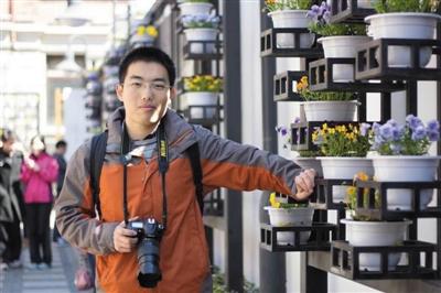 大学时期的孙腾霄。他平时爱好摄影,经常背着相机出游拍照。家属供图