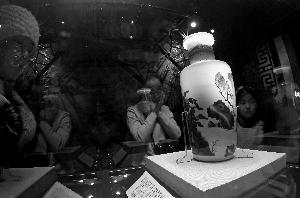 博物馆里过节昨天是元旦假期的最后一天,很多市民来到首都博物馆,观看该馆与故宫博物院联合举办的《盛世风华——大清康熙御窑瓷》展。 北京晨报记者 史春阳/摄