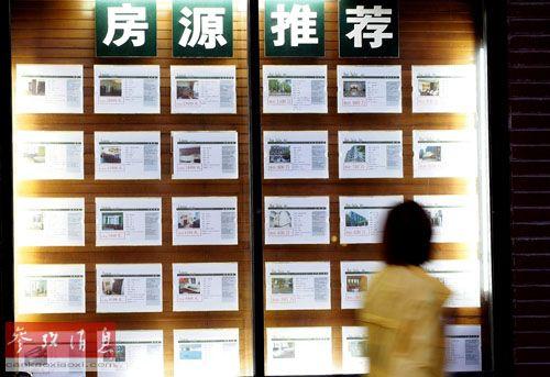 资料图:一名租房者在查看房源信息。新华社记者 陈飞 摄
