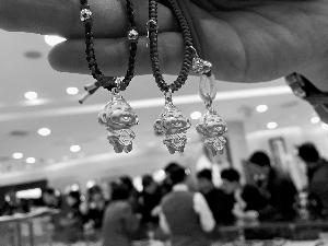 元旦假期各大黄金卖场生肖柜台前围满了顾客,其中猴子造型金饰最得宠。北京晨报记者 陈琳/文 王颖/摄