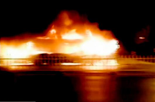 车上点燃两桶汽油致17人遇难
