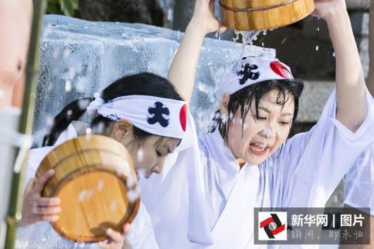 众半裸在东京神田明神神社参加一年一度的新年冰浴仪式,希望借此净
