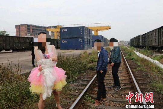 一新人拍婚炤偪停火被惠州路警方。 中