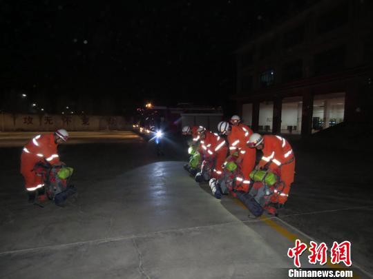 轮台县公安消防大队集结救援力量,整装待发,随时准备出动。 侯东玉 摄